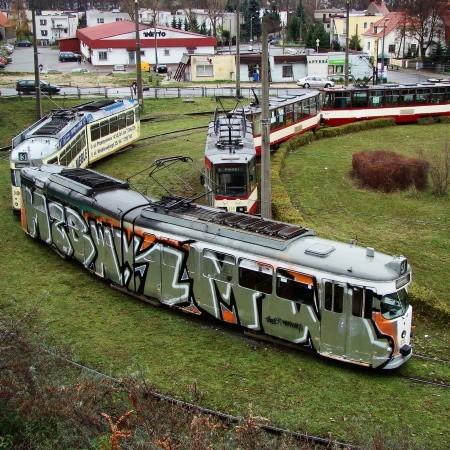 Zmycie farby z pomazanych tramwajów może kosztować tysiące złotych. Nie wiadomo też, czy malunki nie uszkodziły reklam, które były naklejone na wagony.