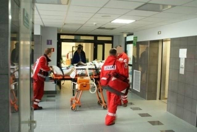 44-letni mężczyzna raniony przez nożownika natychmiast trafił do szpitala. Jego stan jest bardzo poważny.