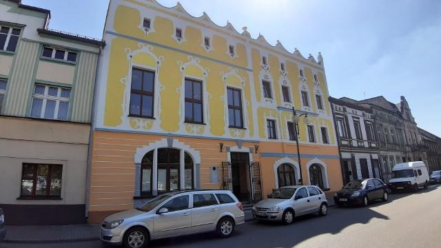 Zabytkowy budynek domu kultury i biblioteki w Gorzowie Śląskim przed remontem i po remoncie.