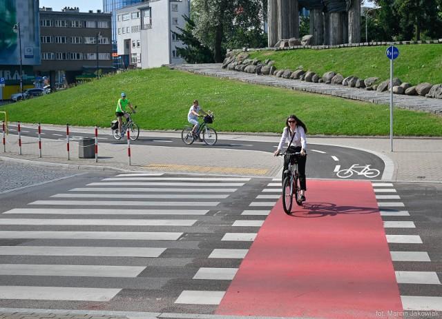 Skończyła się budowa ścieżki rowerowej na ul. Kalinowskiego. To pierwsza tzw podwieszana ścieżka rowerowa. Konstrukcja chroni w ten sposób systemy korzeniowe drzew rosnących wzdłuż ulicy. Ostateczny efekt ścieżki krytykują jednak mieszkańcy Białegostoku, którzy korzystali już ze ścieżki.