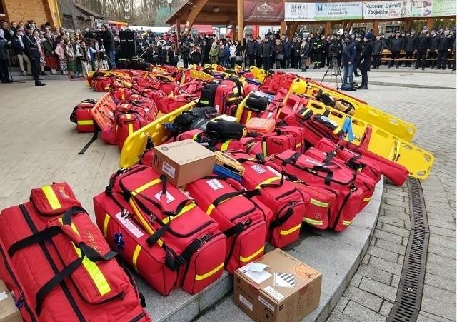 Uroczystość przekazania sprzętu ratowniczego dla strażaków.