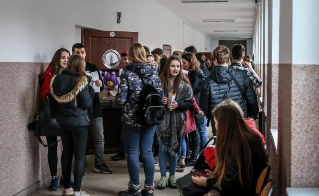 Rok szkolny 2019/2020 rozpoczął podwójny rocznik. Dyrektorzy tych placówek mieli nadzieję, że we wrześniu 2020 rozpoczną naukę hybrydową, co spowodowałoby zmniejszenie liczby uczniów przebywających jednorazowo w szkole. Jednak na takie rozwiązanie nie ma zgody sanepidu.