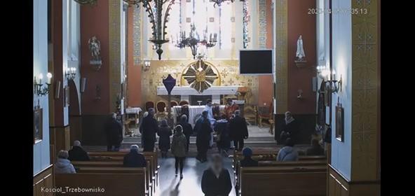 Jeden z internautów przesłał nam nawet na to dowód, czyli kadr z transmisji online z kościoła w Trzebownisku z uwiecznioną datą. Widać na nim, jak przy ołtarzu znajduje się co najmniej kilkunastu wiernych.