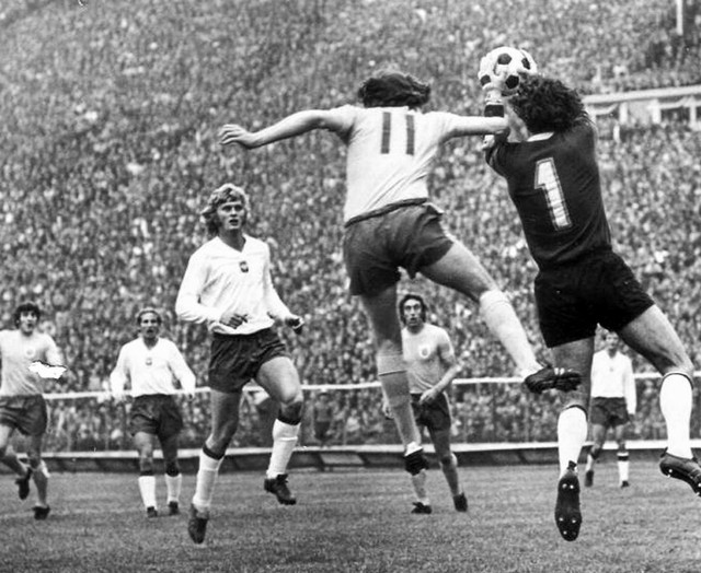 6 czerwca 1973 roku reprezentacja Polski na wypełnionym po brzegi  Stadionie Śląskim pokonała Anglię 2:0. Bramki w tym meczu zdobyli Jan Banaś i Włodzimierz Lubański