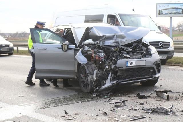 We Wrocławiu w 2019 roku doszło do ponad 12,5 tys. kolizji i wypadków. Stolica Dolnego Śląska w porównaniu z innymi miastami w Polsce uplasowała się więc na 9. miejscu tej niechlubnej listy. Na każdy tysiąc mieszkańców przypada prawie 20 zdarzeń drogowych. Najczęściej spowodowane były one niezachowaniem bezpiecznej odległości między samochodami. Duża liczba kolizji i wypadków wpływa na wysokość ubezpieczenia. Wrocławscy kierowcy za OC płacą najwięcej w kraju.Przejdź dalej strzałkami, klawiaturą lub gestami na monitorze