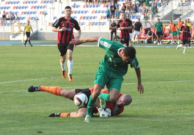 Fragment meczu Radomiak - Stal, który rozegrano w Radomiu. Rossi Leandro w walce o piłkę z Tomaszem Wietechą.