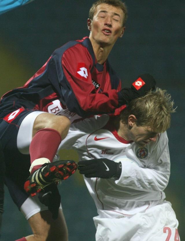 Piłkarz Pogoni Łukasz Trałka (z lewej) walczy o piłkę z zawodnikiem Wisły Vlastimilem Vidliczką.
