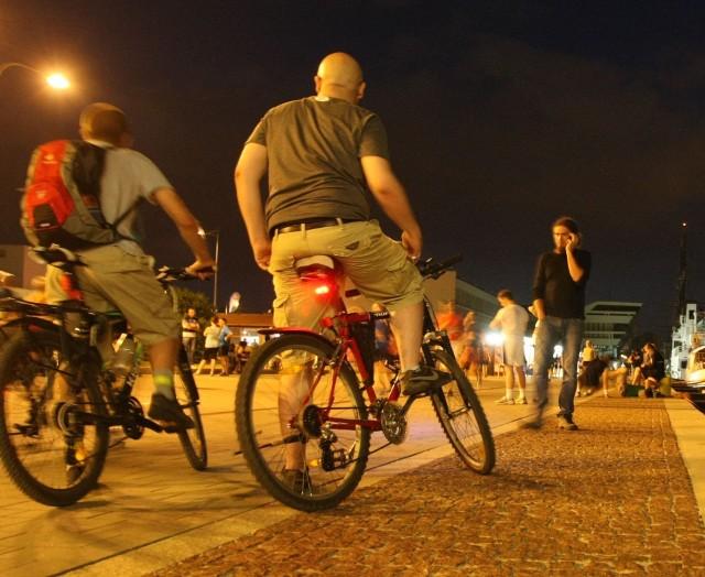 Gdy okolica jest oświetlona, nie ma problemu, ale w całkowitych ciemnościach nieoświetlony rowerzysta ryzykuje życiem lub zdrowiem
