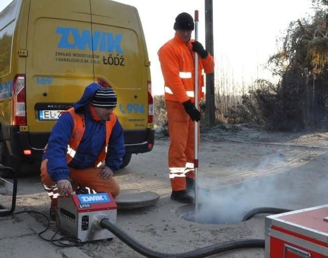 Dym – niegroźny dla ludzi i zwierząt – wytwarza specjalne urządzenie.