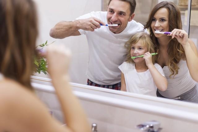 Najprostszą czynnością pomagającą zachować biel zębów jest oczywiście codzienna higiena. Należy myć zęby minimum dwa razy dziennie, a najlepiej po każdym posiłku