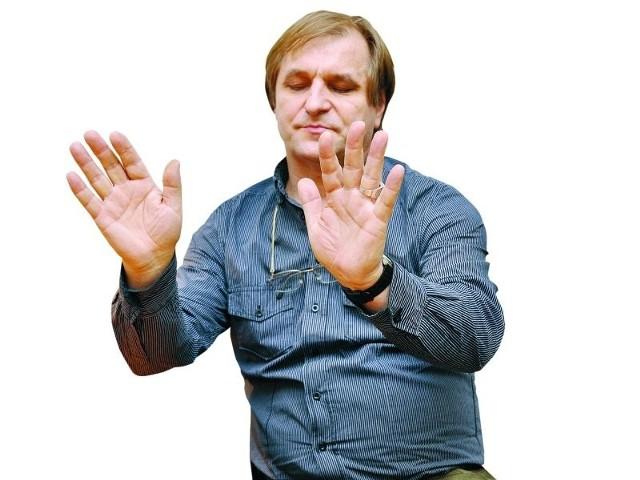 – Uzdrowiciele zwykle pracują rękami w bliskiej odległości od ciała pacjenta, czasem lekko pacjenta dotykają, oczywiście za zgodą – tłumaczy Antoni Przechrzta.