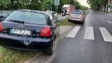 Wypadek na al. Brucknera we Wrocławiu. Audi wjechało w znak przy przejściu i w tył skody [ZDJĘCIA]