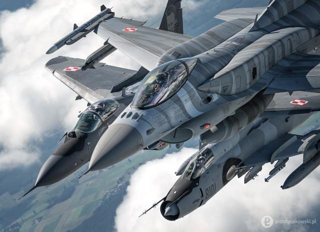Myśliwce F-16, MiG-29 oraz samolot szturmowy Su-22 w powietrzu