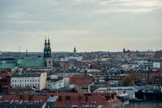Poznański Panel Obywatelski zakończył swoje głosowanie i przedstawił łącznie 77 rekomendacji dla władz miasta. Poparcie w temacie dotyczącym adaptacji lasów i terenów zieleni do zmieniającego się klimatu uzyskało 46 propozycji, a w kwestii związanej z odchodzeniem od węgla - 31. Prezydent Poznania, Jacek Jaśkowiak, już zobowiązał się do całkowitego odejścia od spalania węgla w poznańskich gospodarstwach domowych. Zobacz w galerii, jakie rekomendacje przyjął Poznański Panel Obywatelski, poruszając się za pomocą strzałek, myszki albo gestów na smartfonie. Propozycje zostały pogrupowane w grupy tematyczne – osobno te dotyczące zieleni oraz te dotyczące węglaDzień Dziecka w poznańskich szkołach