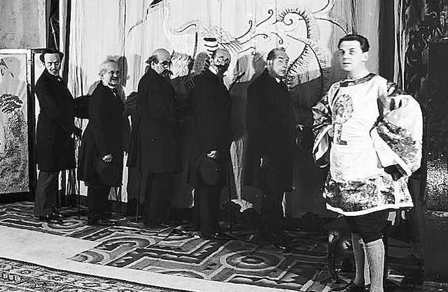 """Juliusz Osterwa (pierwszy z prawej) podczas przedstawienia """"Ptak"""" Jerzego Szaniawskiego w 1928 roku."""