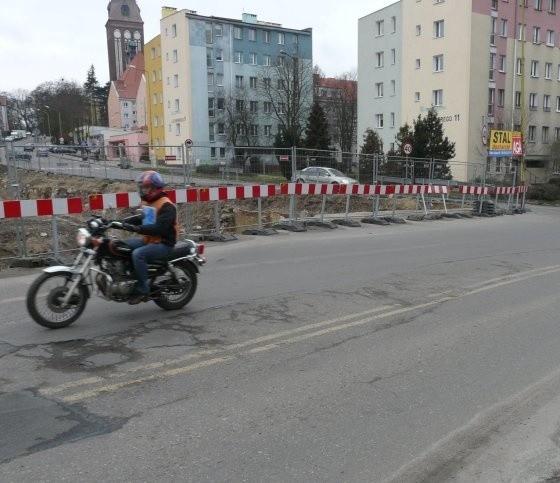Jadąc ulicą od strony Chrobrego trzeba pokonać bardzo nierówną jezdnię. Tak jest od tygodni, zarządcy drogi to najwidoczniej nie przeszkadza.
