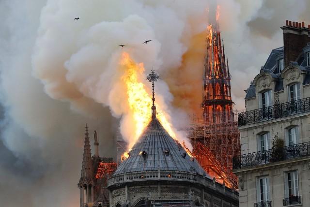 W poniedziałek w Paryżu spłonęła Katedrę Notre-Dame. Jeden z najbardziej charakterystycznych zabytków stolicy Francji został ukończony niemal 700 lat temu (jego budowę rozpoczęto w 1163 r). Z całego świata do Paryża płyną wyrazy wsparcia. Smutek z powodu tragedii wyrazili też piłkarze, nie tylko reprezentujący PSG.