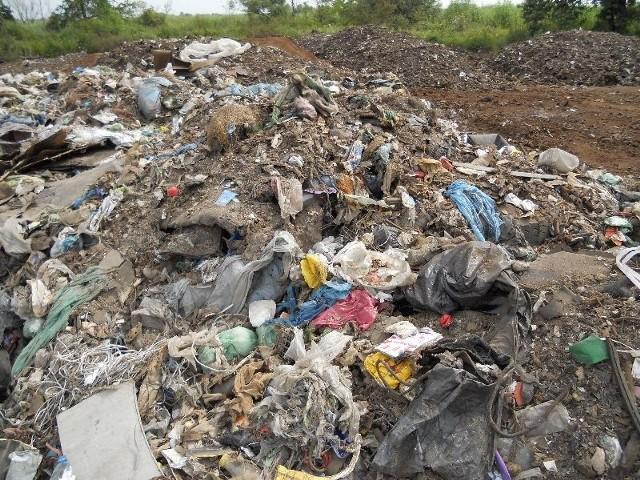Zezwolenie na prowadzenie działalności wydał Podkarpacki Urząd Marszałkowski. Z dokumentu wynika, że firma może składować odpady pozostałe z wytopu stali. Życie pokazuje zupełnie co innego.