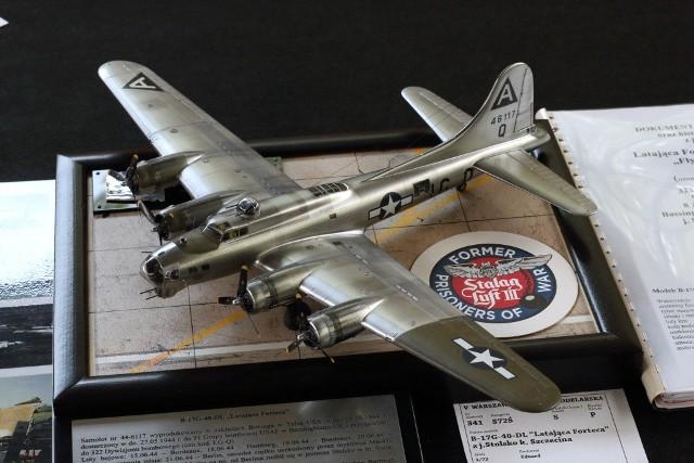 """O tym jak wyglądał samolot wiemy dzięki modelarzowi Piotrowi Witowi , który wykonał replikę """"latającej fortecy"""" B-17G, w skali 1: 72 z jeziora Stolsko. Można ją było podziwiać m.in. w czasie ostatniego Szczecińskiego Festiwalu Modelarskiego """"Paprykarz""""."""