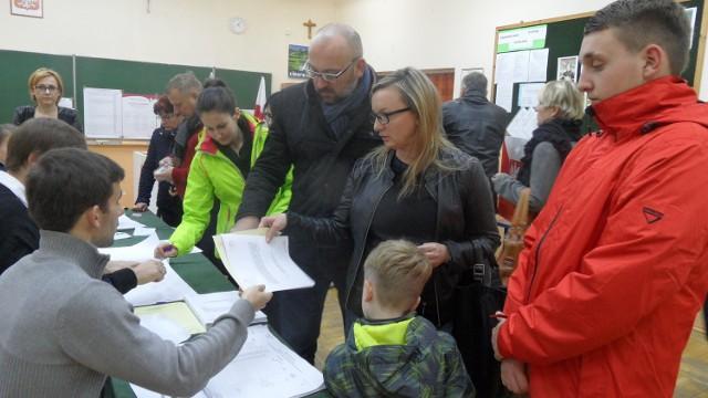 Głosują Waldemar Cichoń, autor książek o kocie Cukierku, wraz z rodziną.