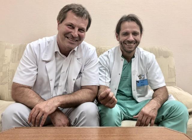 Prof. Marek Gierlotka (z lewej) i dr Jerzy Sacha na archiwalnym zdjęciu z mikrourządzeniem użytym do naprawy sztucznej zastawki w sercu, bez otwierania klatki piersiowej pacjenta.