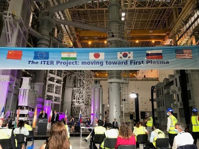 W ostatni wtorek (28 lipca) we Francji rozpoczął się montaż eksperymentalnego reaktora termonuklearnego. Posłuży on testom metody pozyskiwania energii, wzorowanej na procesach zachodzących na Słońcu. Testy w tej skali to przełom w energetyce. Badana metoda nie wiąże się z niebezpieczeństwem potężnych awarii – jak w Czarnobylu. W projekcie ITER biorą udział naukowcy z Politechniki Łódzkiej. >>> Dowiedz się więcej na kolejnych slajdach >>>