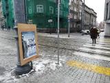 Poznań: Ulice Starego Miasta zasypały nielegalne reklamy imprezy muzycznej. Radni wiedzą jednak, że za mało tu przestrzeni reklamowej