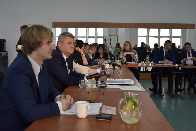 W czwartek, ostatniego dnia lutego rozpoczęła się V sesja Rady Miasta Skierniewice. W porządku obrad znalazła się między innymi uchwała ustalająca zasady wnoszenia przez mieszkańców miasta projektów uchwał, a także radni pochylą się nad określeniem wymagań, jakie powinien spełniać projekt budżetu obywatelskiego.
