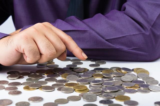 Za zaległe zobowiązania traktuje się raty kredytów oraz różne bieżące rachunki opóźnione o co najmniej 30 dni i wynoszące minimum 200 zł.