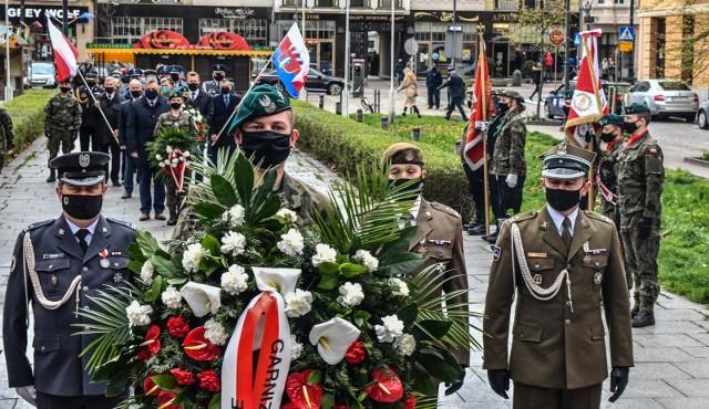 Uroczyste złożenie wiązanek kwiatów pod obeliskiem na placu Wolności w Bydgoszczy było częścią wojewódzkich obchodów 230. rocznicy uchwalenia Konstytucji 3 Maja