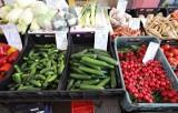 Są pierwsze krajowe nowalijki - zielony koperek, szczypiorek, ogórki, rzodkiewka. Łodzianie chętnie kupują na targowiskach