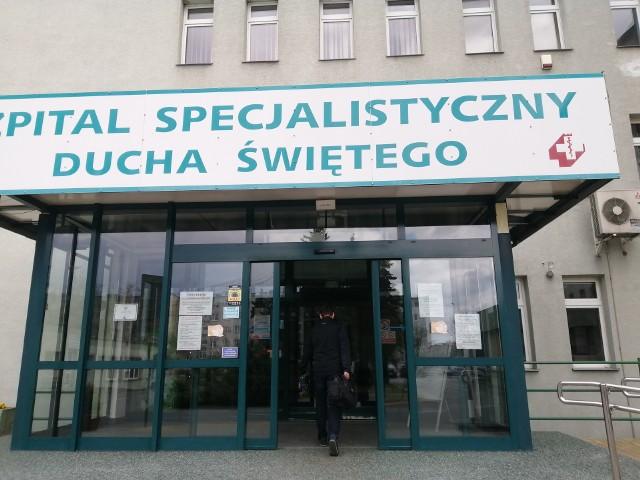 Już 22 pacjentów na oddziale buforowym w sandomierskim szpitalu. Kolejni pracownicy szpitala przechodzą testy na obecność koronawirusa.