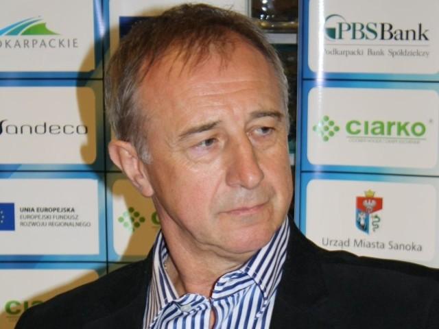 Milan Stas to 52-letni Słowak z Preszowa ostatnio pracował w Słowackiej ekstralidze, w zespole HC Bańska Bystrzyca. Jego CV jest bardzo bogate - jako zawodnik (napastnik) występował w ZPS Presov (do 1980 roku), później w VSZ Kosice (do 1982), Dukli Trenczin (1982-84) i znów trafił do Koszyc, gdzie występował od 1984 do 1990 roku). Został mistrzem Czechosłowacji w 1986 i 1988 roku. Następnie notował roczne epizody w Serbii (Partizan Belgrad), Francji (St. Gervais), Austrii (HC Zeltweg), Niemczech (EHC Pfronten), Węgrzech (FTC Budapeszt), by w 1997 roku wrócić jeszcze do HC VTJ Wagon Trebiszów. W reprezentacji Czechosłowacji rozegrał 13 spotkań, m.in. na mistrzostwach świata w Moskwie w 1986 roku.We wspomnianym Trebiszowie Stas zaczynał karierę trenerską jako grający asystent, by już po roku trafić do Budapesztu na pierwszego trenera. W 1999 roku wrócił jednak do Koszyc, gdzie prowadził juniorów, był asystentem pierwszego trenera, co łączył to z pracą w reprezentacjach młodzieżowych. W 2008 roku trafił do Bańskiej Bystrzycy, gdzie pracował aż do końca sezonu 2011/12. Zdobył tam brązowy medal w 2011 roku, a w ostatnim sezonie jego zespół zajął w Tipsport Extralidze 8. miejsce i na ławce trenerskiej zastąpił go Vladimir Orszagh.