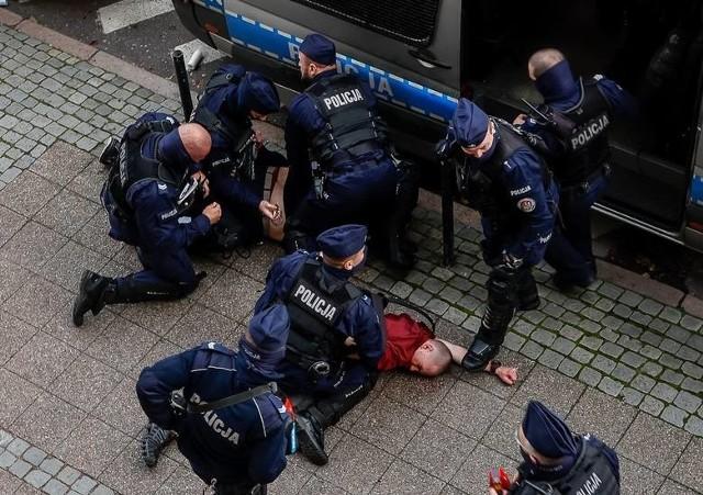18-letni Piotr z Koszalina zatrzymany podczas manifestacji na Targu Drzewnym, 24.10.2020 r.