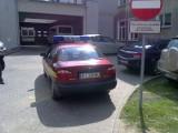 Straż miejska daje przykład, jak parkować przed szpitalem