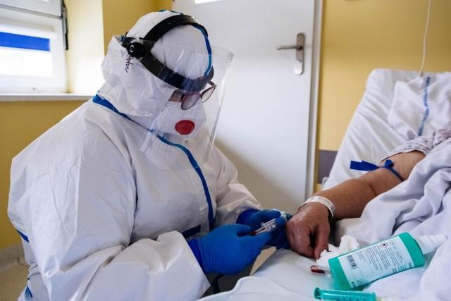 Jak wynika z danych Ministerstwa Zdrowia, zajętych jest prawie 3,5 tysiące respiratorów.