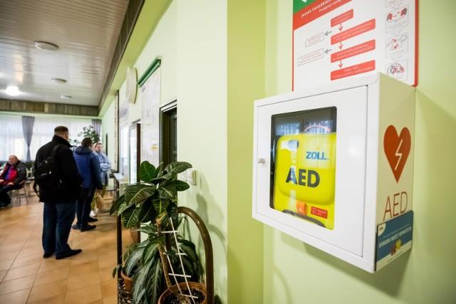 Jeden z projektów oczekujących na głosy zakłada zakup i zamontowanie w kilku gminach powiatu myślenickiego defibrylatorów AED oraz przeszkolenie mieszkańców z ich używania