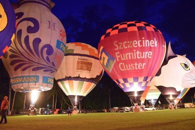 Kilkanaście tysięcy osób wybrało nocną galę balonową w Szczecinku zamiast ćwierćfinału mundialu Rosja - Chorwacja. I nie żałowało. Sam miałem rozdarte serce idąc na nocną galę balonową na stadionie w Szczecinku, bo w tym samym czasie Chorwacja toczyła dramatyczny bój o półfinał mistrzostw świata w piłce nożnej z Rosją. Tu dogrywka, tu niezapomniane przeżycia balonów tańczących w takt muzyki...Ale i tak frekwencja na gali była imponująca. Przyjechały na nią rzesze widzów w całego regionu i mieszkańcy Szczecinka. Być może nawet 10 tysięcy. I zobaczyli piękne widowisko. Dyrygent Marcin Jaczewski przygotował piękny podkład muzyczny w rytm którego kilkanaście balonów i samych palników gazowych błyskało i kołysało się. To były naprawdę magiczne chwile. Zobaczcie zresztą sami. Całość zwieńczył pokaz sztucznych ogni. No i radość publiczności na wieść, że Chorwaci wygrali w rzutach karnych. Hvala!