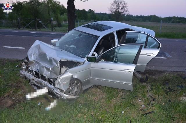 """Śmiertelny wypadek z udziałem BMW na """"dwunastce"""" koło Chełma. Wśród poszkodowanych 22-latka z Grójca. Zginęły dwie inne młode kobiety"""