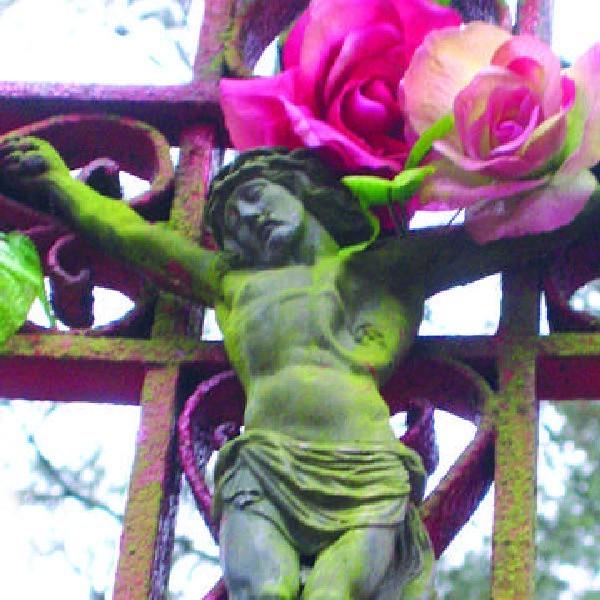 W lewym boku figurki Chrystusa, na czerwonym krzyżu, widać wyraźnie ślad po kuli kłusownika z okolic Czarnego Bryńska, Mateusza Płachty