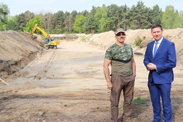 Burmistrz Bartłomiej Bartczak i prezes Pioniera, Wiesław Michnowicz przy budowie strzelnicy w Gubinie.