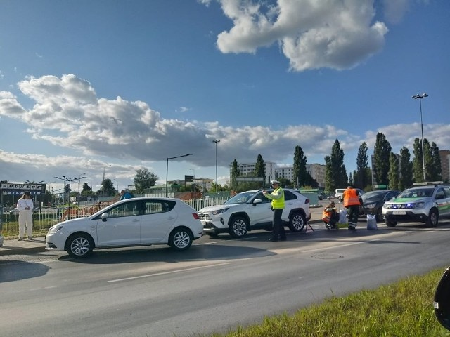 Kilka samochodów zderzyło się na ul. Mieszka I w Poznaniu na plamie oleju, który wyciekł z autobusu MPK
