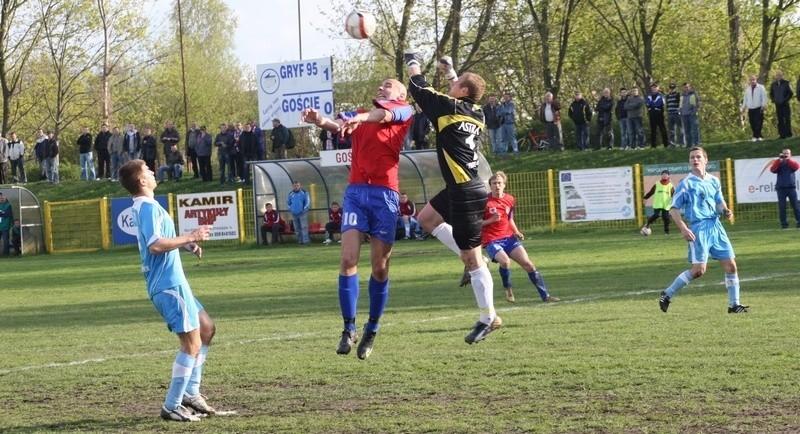 Walczący o piłkę Łukasz Stasiak musiał opuścić boisko po 34 minutach gry z powodu kontuzji.