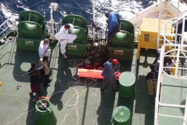 To zdjęcie zostało zrobione przez kapitana z ukrycia. Widać na nim jednego z uzbrojonych piratów.