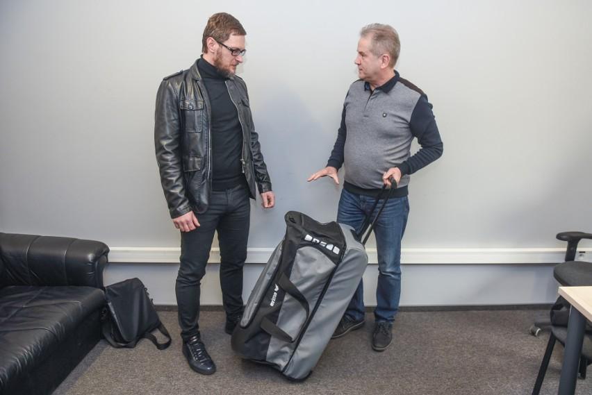 Sebastian Kaczmarczyk odebrał wielką torbę sprzętu sportowego od Jana Kaczyńskiego z firmy Orlico Sport
