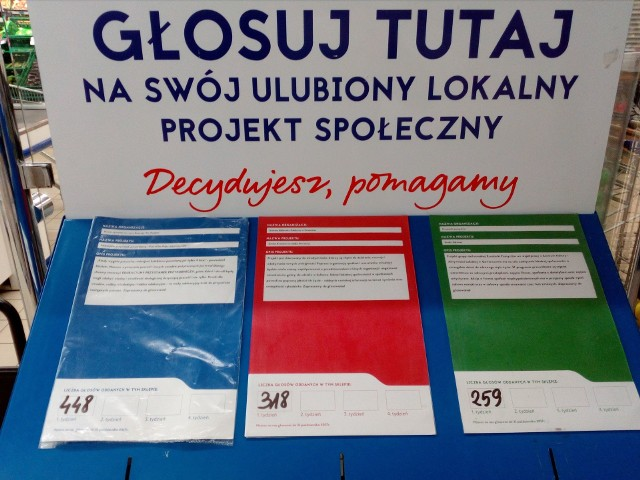 We włoszczowskim supermarkecie Tesco można głosować między innymi na dwa projekty z powiatu włoszczowskiego, oznaczone urnami w kolorze niebieskim i czerwonym.