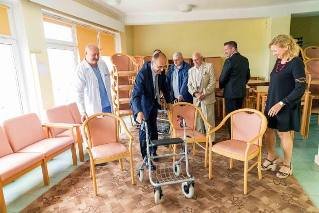 60 krzeseł, 20 stołów, około 10 regałów a także wózki inwalidzkie oraz chodziki. Takie dary Stowarzyszenie Pomocy Rubież przekazało we wtorek szpitalowi w Łapach.