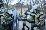 Kraków. Żołnierze ćwiczyli jak kontrolować agresywny tłum. Takie umiejętności mają się im przydać w Kosowie [ZDJĘCIA]