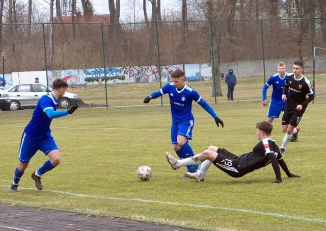 Bartłomiej Purcha (z piłką) zdobył zwycięskiego gola dla Sokoła Sieniawa.