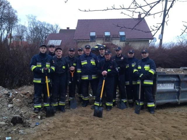 Strażacy nie odmawiają pomocy! Tym razem sprzątali gruz po remoncie